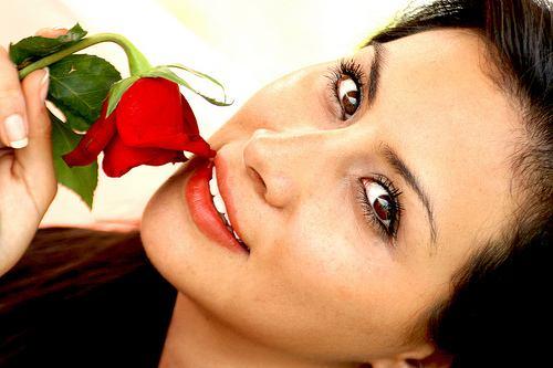 Resultado de imagen para una mujer y una rosa